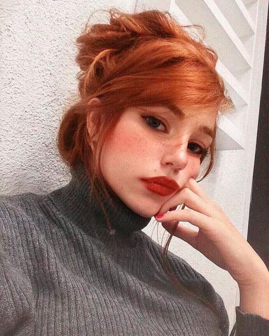 Девушка с медно рыжими волосами собранными в пучок