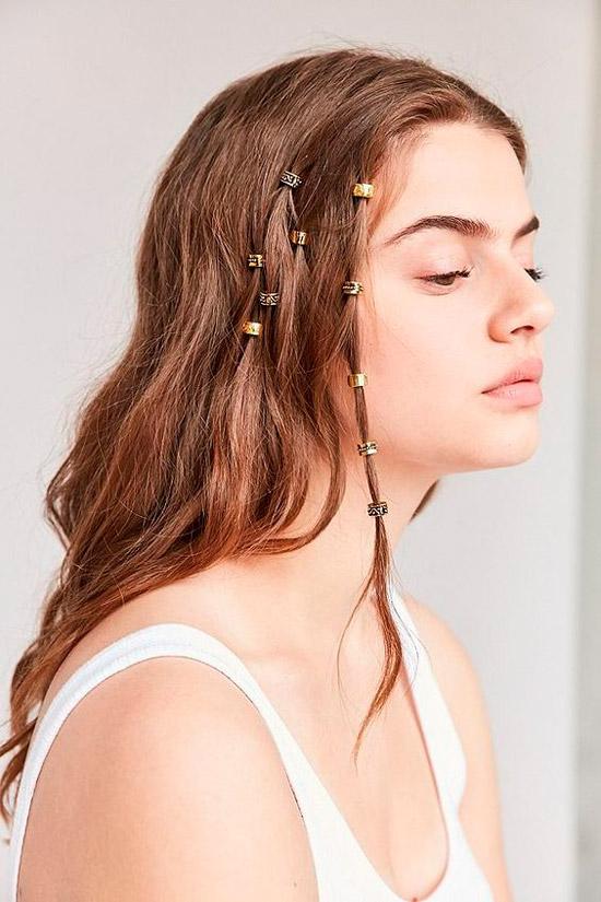 Девушка с натуральными распущенными волосами с амулетами