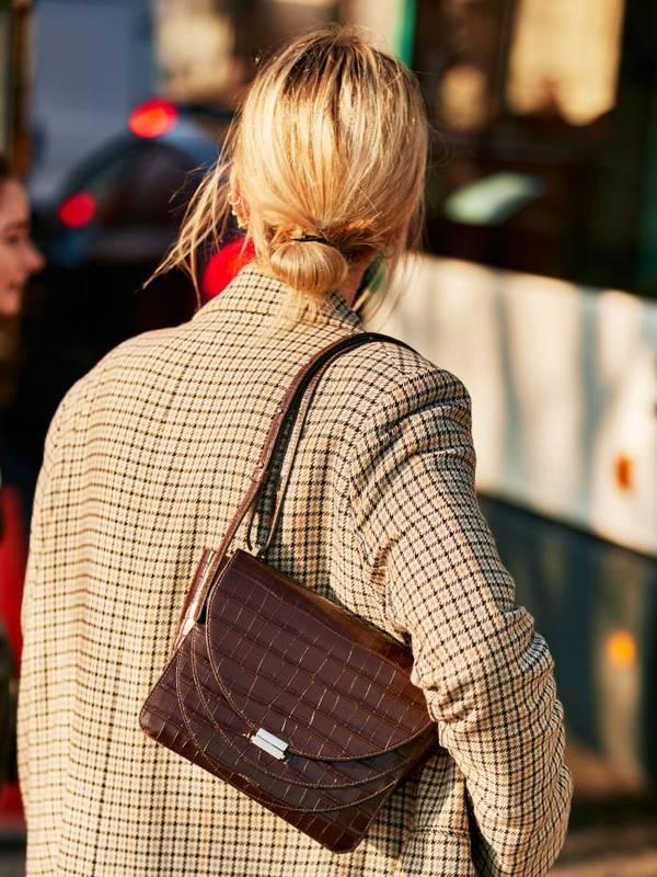 Девушка с неряшливым пучком на светлых волосах
