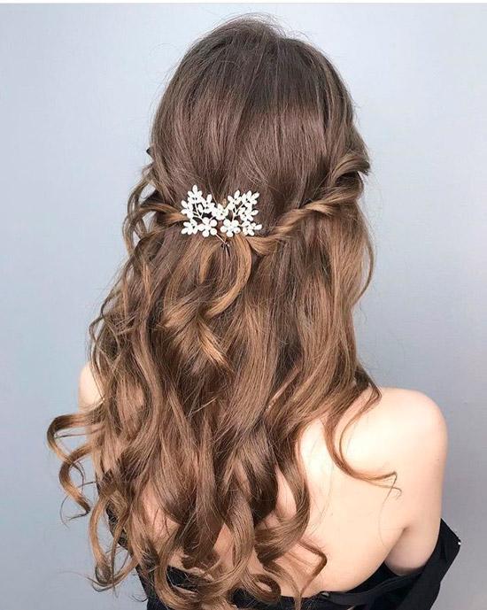 Девушка с полусобранной прической на ухоженных натуральных волосах с заколкой