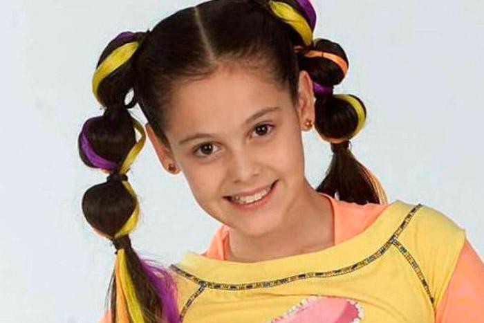 Девушка с прикольными хвостиками с разноцветными прядями