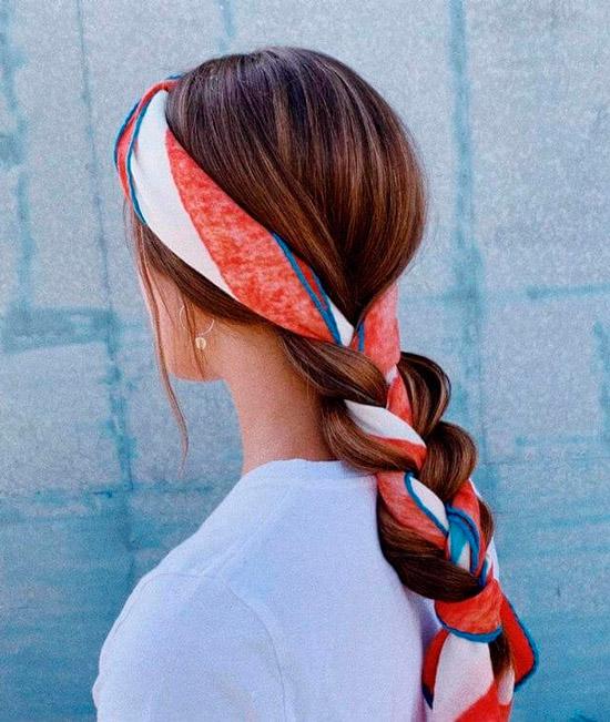 Девушка с простой косой с вплетенным платком на длинных волосах