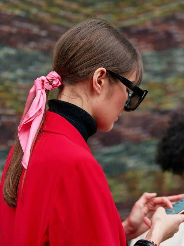 Девушка с простым низким хвостиком с розовой лентой