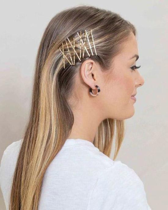 Девушка с распущенными светлыми волосами украшенные тонкими заколками