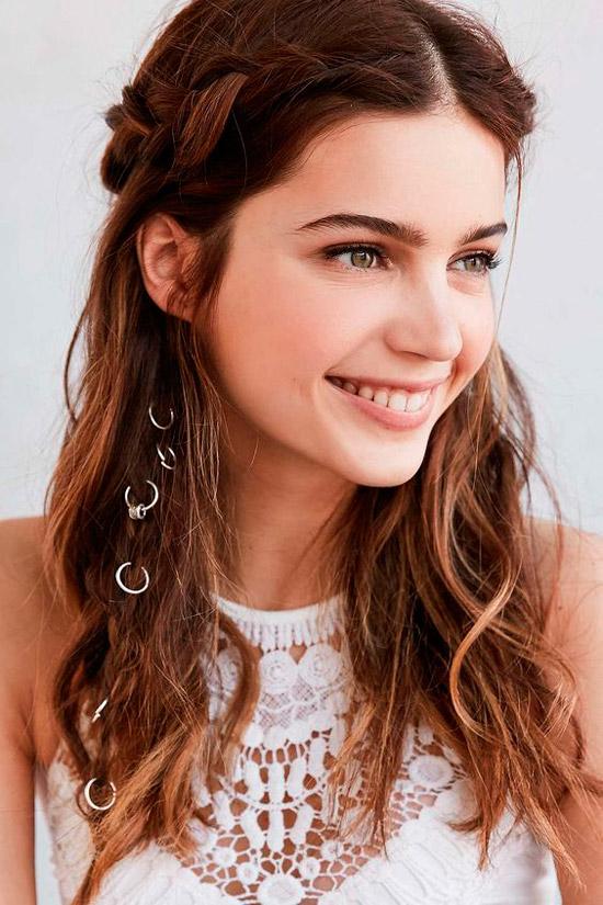 Девушка с распущенными волосами с легкими волнами, украшенные кольцами