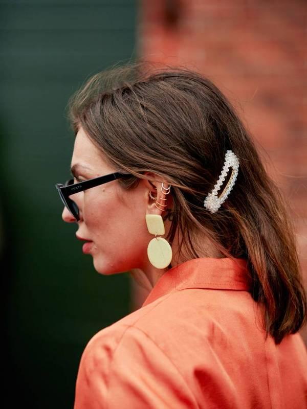 Девушка с распущенными волосами средней длины с заколкой