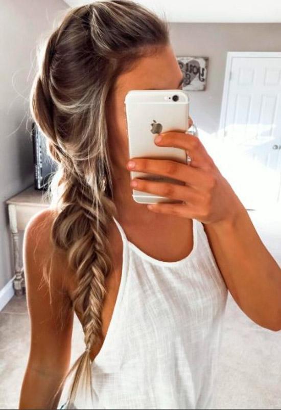 Девушка с расслабленной косичкой на длинных светлых волосах