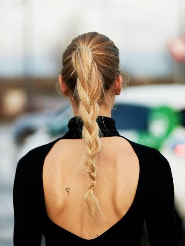 Девушка с растрепанной косой на светлых волосах