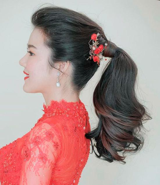 Девушка с шикарным хвостом на густых натуральных волосах с необычной заколкой