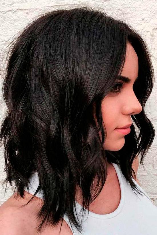 Девушка с темными волосами средней длины с легкими локонами