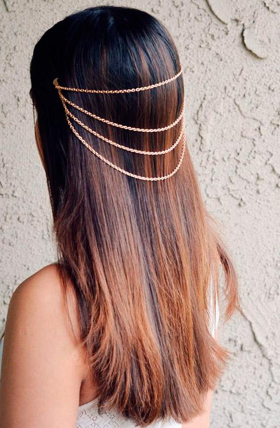 Девушка с темными волосами средней длины с золотыми цепочками