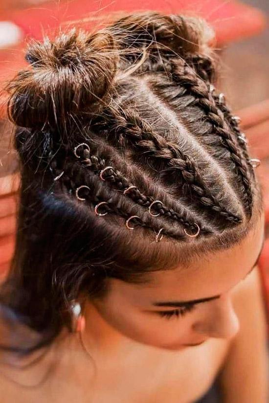 Девушка с темными волосами заплетенные в косы с украшениями