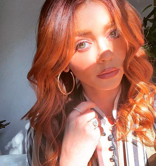 Девушка с ухоженными рыжими волосами с локонами