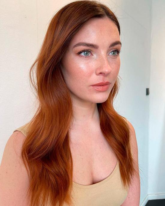 Девушка с ухоженными волосами с рыжим оттенком
