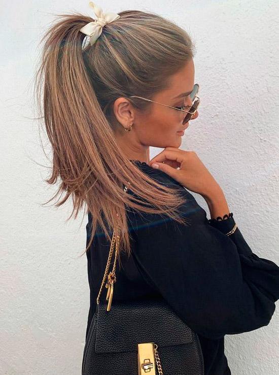 Девушка с ухоженными волосами, собранные в конский хвост с милой резинкой