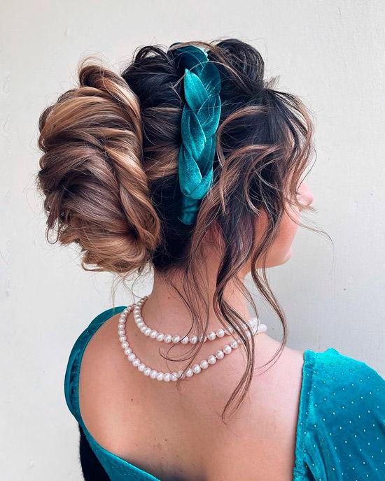 Девушка с вечерней прической с выпущенными прядями, волосы украшает зеленый бархатный ободок