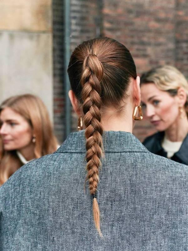 Девушка с высокой косой на гладких волосах