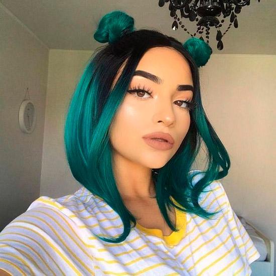 Девушка со стрижкой боб и пучками на гладких зеленых волосах