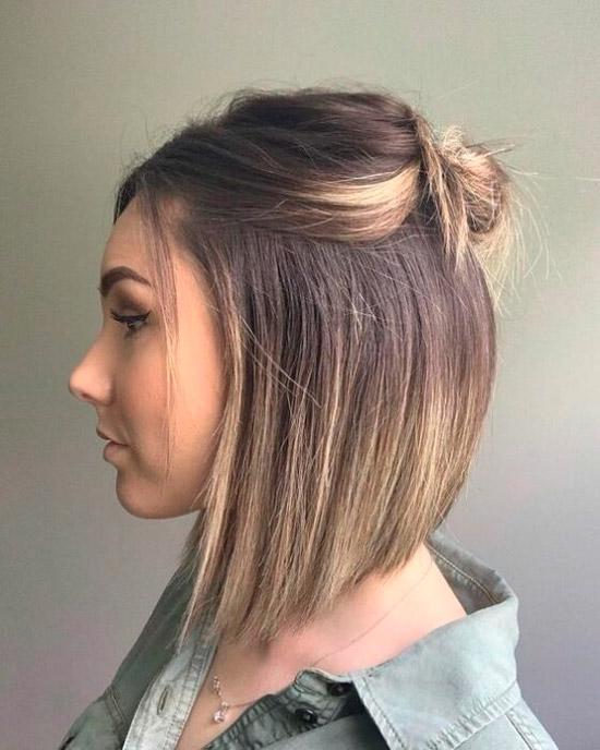 Девушка со стрижкой боб волосы полусобранные сверху