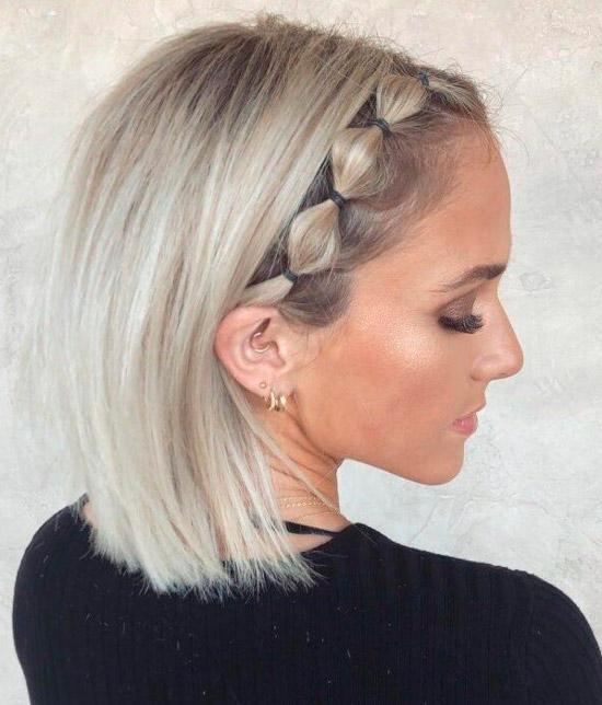 Девушка со светлыми короткими волосами с косичкой спереди