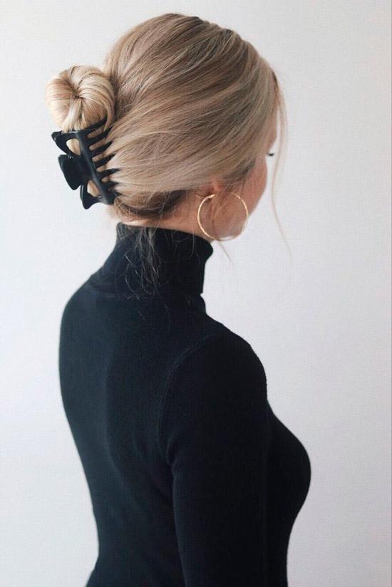Девушка со светлыми волосами собранные крабиком