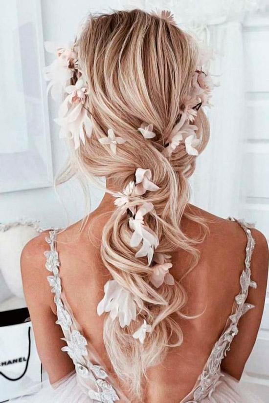 Девушка со светлыми волосами украшенные цветами