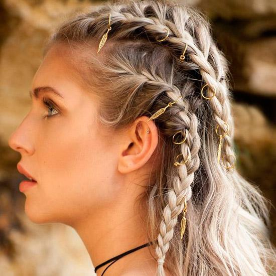 Девушка со светлыми волосами, заплетенные в косы, волосы украшены золотыми подвесками