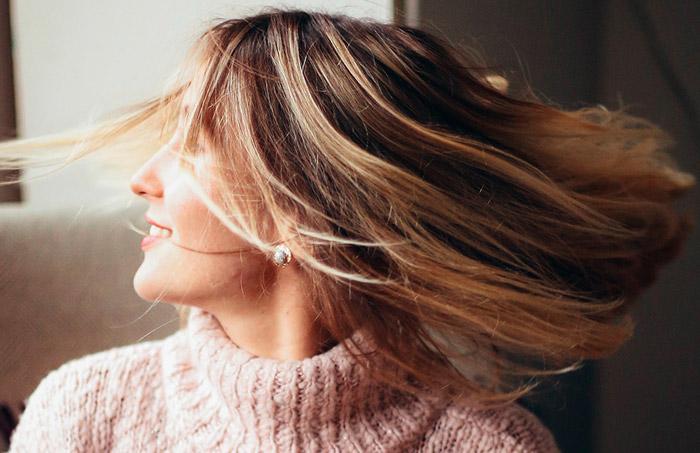 Девушка со здоровыми натуральными волосами