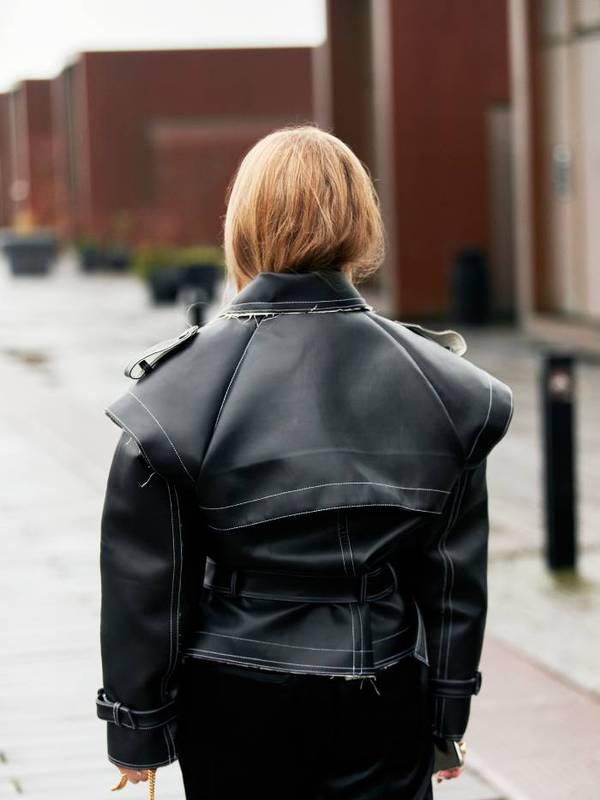 Девушка спрятала волосы под куртку