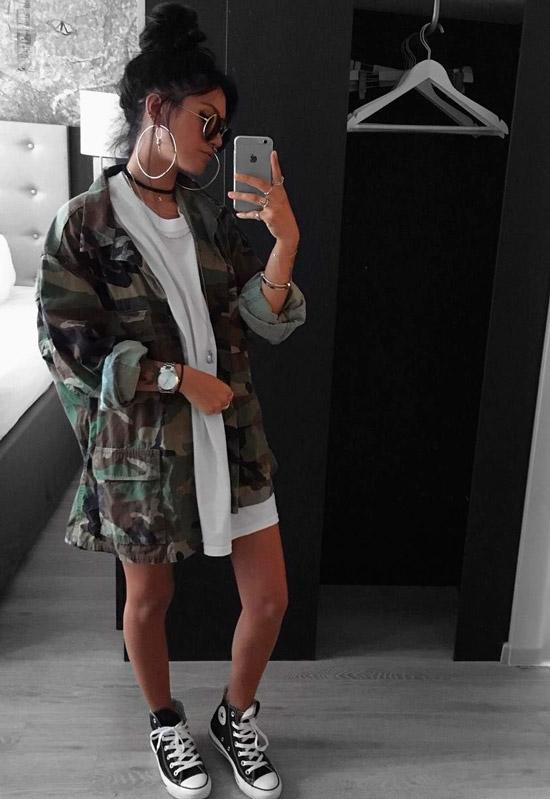 Девушка в белом платье рубашка, военная куртка и кеды