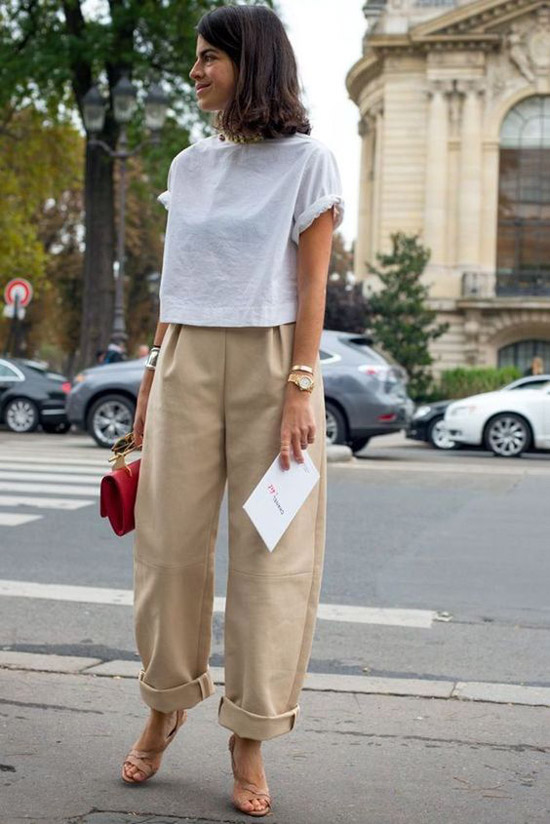 Девушка в бежевых широких джинсах, простая футболка и туфли