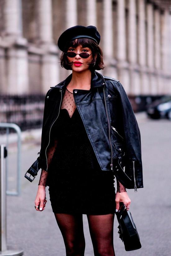 Девушка в черном мини платье с курткой косухой, образ завершает с стрижка боб