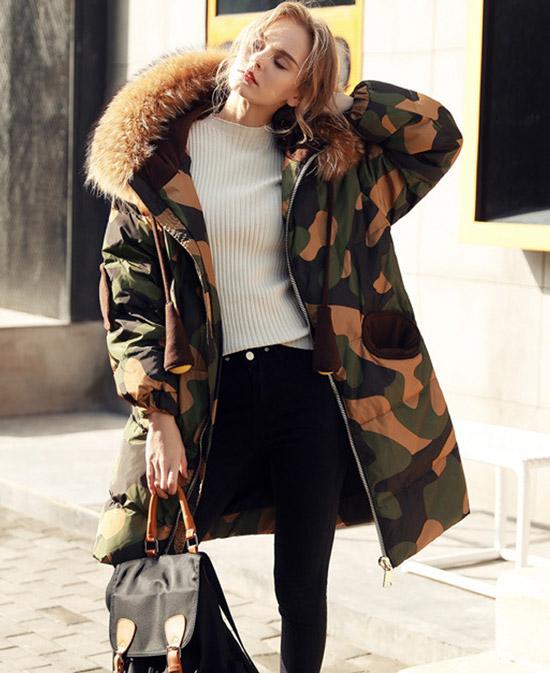 Девушка в черных джинсах и теплом военном пуховике с меховым воротником