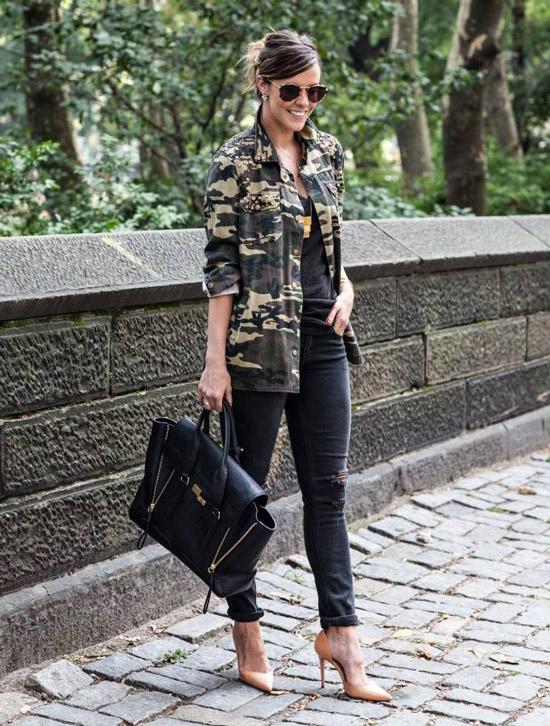 Девушка в черных джинсах, военная куртка и бежевые туфли лодочки