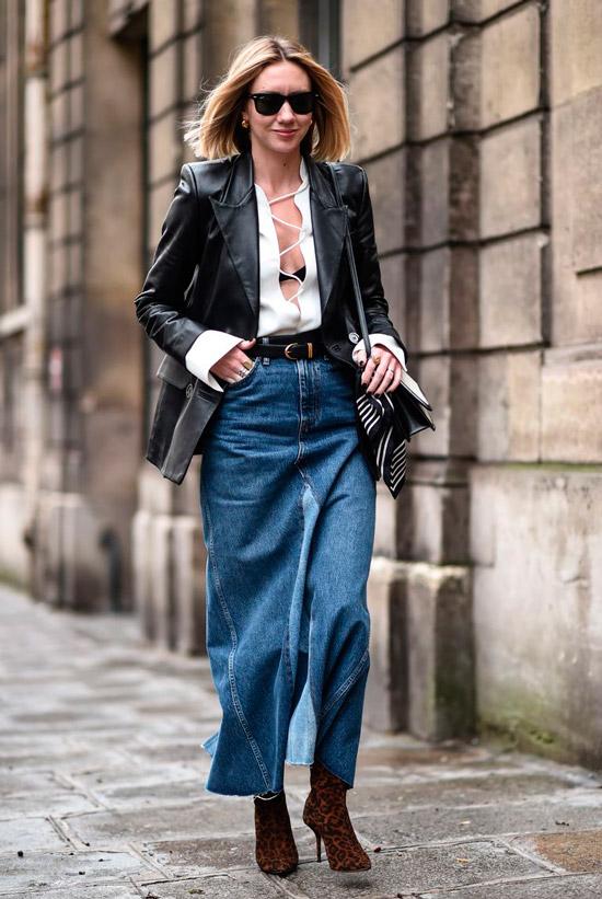 Девушка в длинной джинсовой юбке, белая рубашка на шнуровке и кожаный пиджак, образ дополняют леопардвые ботильоны на шпильке и сумочка