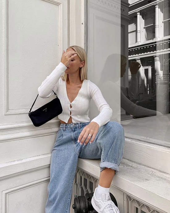 Девушка в голубых джинсах, белый кардиган