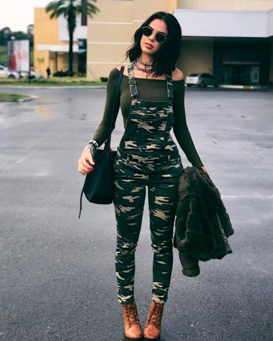 Девушка в комбинезоне хаки, водолазка и коричневые ботинки на шнуровке