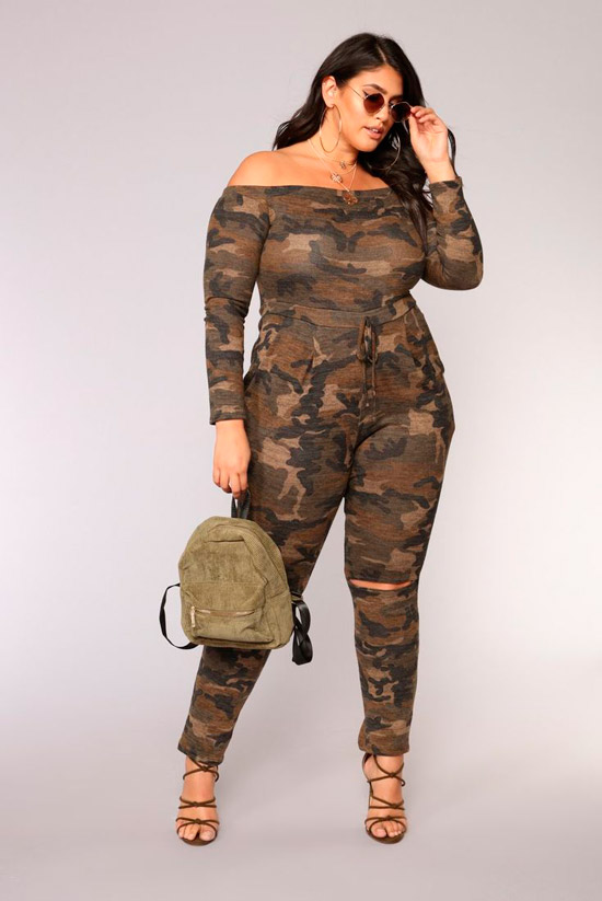Девушка в облегающем комбинезоне хаки и босоножки
