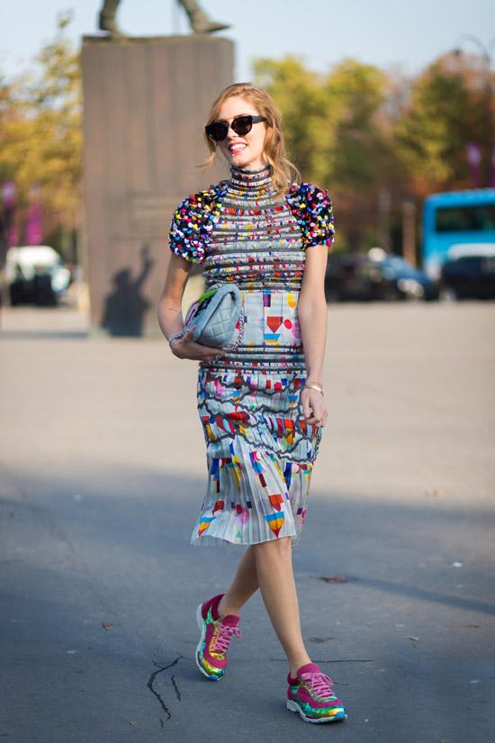 Девушка в пестром платье миди и яркие неоновые кроссовки
