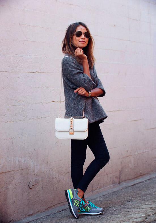 Девушка в повседневном образе, серая кофта, черные леггинсы и неоновые кроссовки