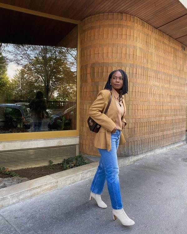 Девушка в прямых джинсах, бежевый пиджак и белые ботильоны