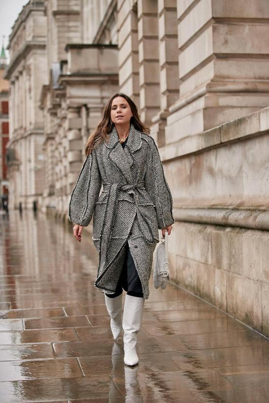 Девушка в сером пальто с поясом, белые сапоги