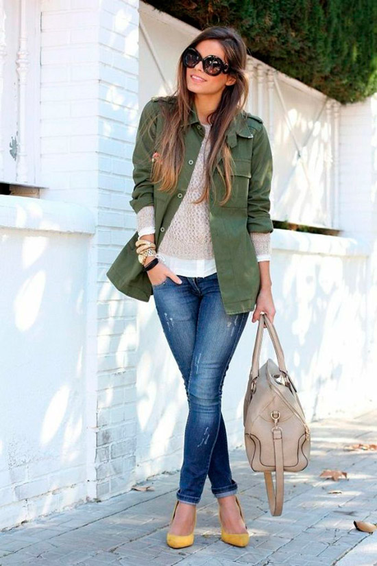 Девушка в синих джинсах, белый свитшот, куртка в стиле милитари и туфли на каблуках