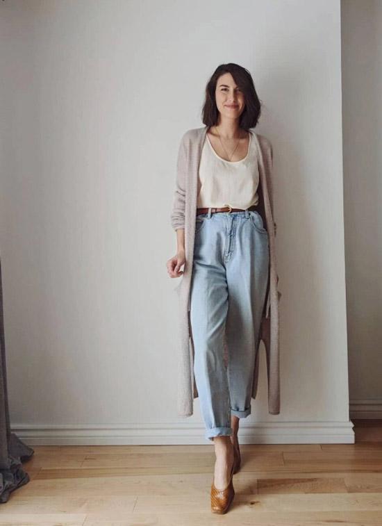 Девушка в светлых широких джинсах с ремнем, майка и длинный кардиган, бежевые туфли