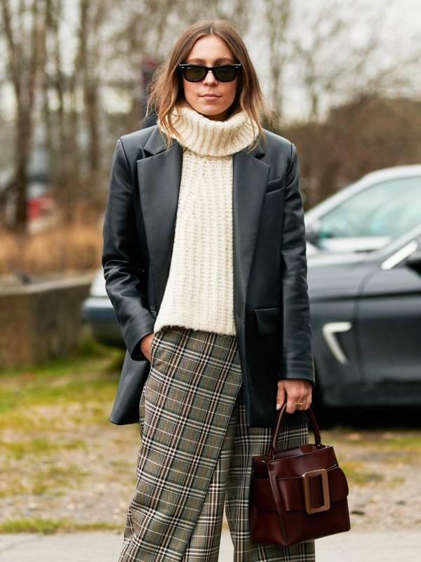 Девушка в свитере и куртке с распущенными волосами