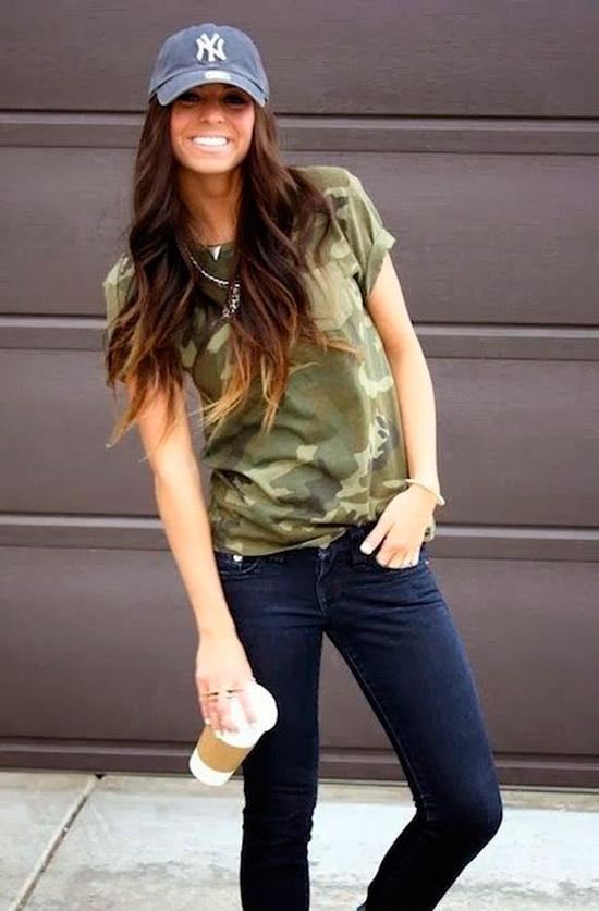 Девушка в темных джинсах и футболка хаки