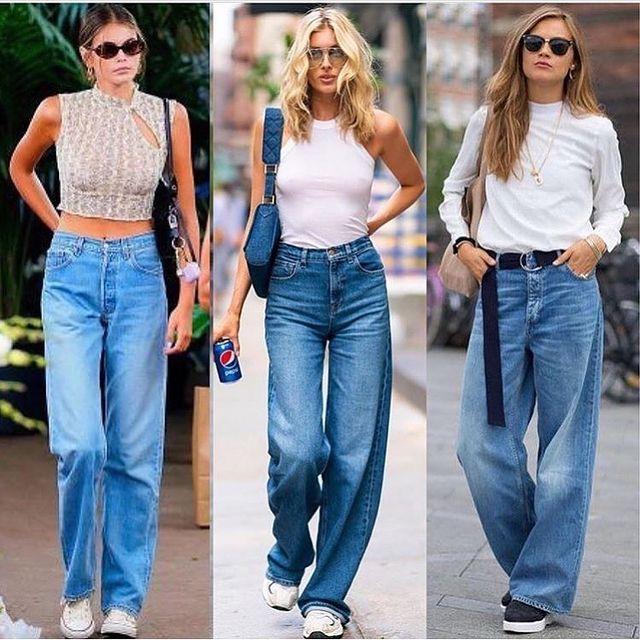 Девушки в широких синих джинсах и белый топ