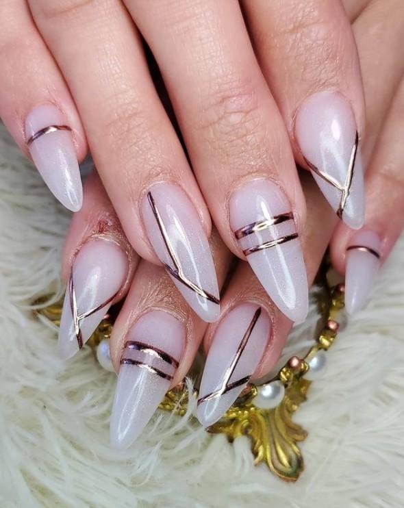 Длинные светлые ногти с золотыми полосами
