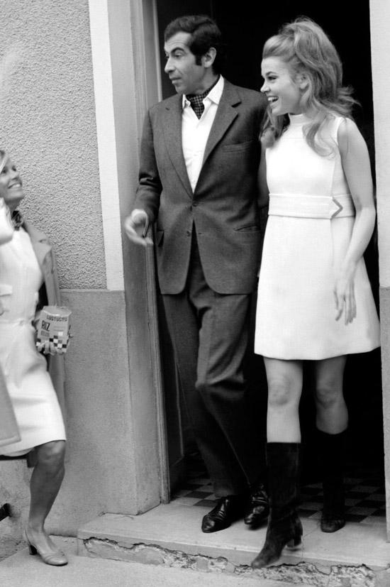 Джейн Фонда в белом мини платье футляр без рукавов и черные сапоги