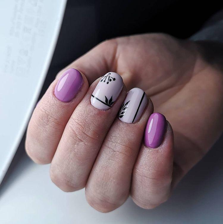 Фиолетово белый маникюр с черным акцентом на коротких ногтях